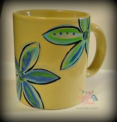 simple but beautiful flowers Painted Coffee Mugs, Hand Painted Mugs, Painted Cups, Hand Painted Wine Glasses, Pottery Designs, Mug Designs, Pottery Ideas, Ceramic Mugs, Ceramic Pottery