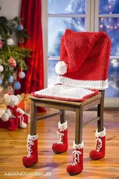 Knitting and crocheting for Christmas decoration with zpagetti yarn - Diy And Home Merry Christmas To All, Noel Christmas, Homemade Christmas, Christmas Crafts, Christmas Crochet Patterns, Holiday Crochet, Christmas Knitting, Christmas Chair Covers, Chair Socks