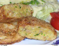 Hermelín nastrouháme na hrubší nudličky, brambor najemno. Drobně nakrájíme cibuli, šunku a pažitku.Přidáme vejce, sůl, koření a...