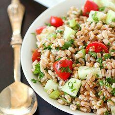 Easy Greek Farro Salad plus a Giveaway! - Easy Greek Farro Salad plus a Giveaway! Super Healthy Recipes, Healthy Foods To Eat, Healthy Eating, Healthy Snacks, Posole Verde Recipe, Easy Baked Meatballs, Cream Cheese Chicken Chili, Farro Salad, Fruit Salad