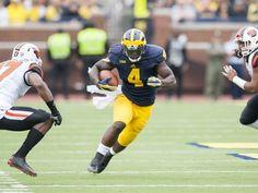 Michigan Wolverines running back De'Veon Smith runs
