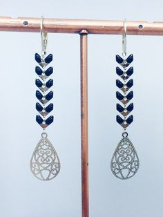 Boucles d'oreilles dormeuses épi chevron émaillé noir en métal argenté : Boucles d'oreille par manava-creation