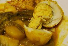 Kerrie eieren is een eenvoudig en smakelijk Surinaams Hindoestaans gerecht. In Indonesië wordt dit gerecht Telo kerrie genoemd. Dit recept is voor 4 personen en de bereidingstijd is ongeveer 20 minuten. Benodigdheden: - 4 eieren - 1 deciliter zonnebloemolie - 2 deciliter water - 400 gram aardappelen - 3 eetlepelsmasala - 2 teentjes fijngehakte knoflook…