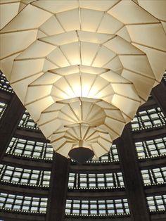 https://flic.kr/p/j69q19   L'exposition Auguste Perret (Conseil économique, social et environnemental, Paris)   Le grand lustre de style art déco de l'auditorium sous la rotonde du palais d'Iéna Le plafond est composé de briques de verre, il est recouvert par une seconde coupole.     _______________   Auguste Perret (1874-1954) créé en 1905 avec ses deux frères, Gustave et Claude, une agence d'architecture et une entreprise de construction.   Il construit, en 1903, l'immeuble de la rue…