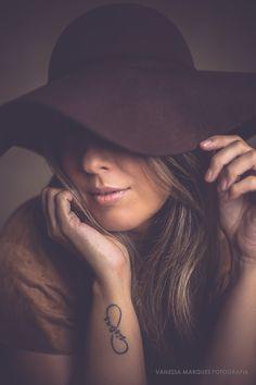 Foto por: Vanessa Marques #woman #chapeu #mulher #hat #book #photography #fotografia #vmfoto #vmfotografia #divasnuart #ensaiofeminino #divas #beautiful #joãopessoa #
