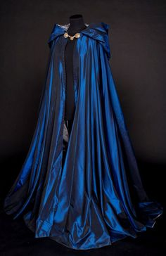 Looks like a Ravenclaw cloak 😍 Pretty Dresses, Beautiful Dresses, Beautiful Beautiful, Beautiful Pictures, Fantasy Gowns, Fantasy Outfits, Fantasy Clothes, Cool Outfits, Fashion Outfits