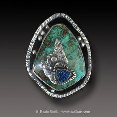 Plan está disponible en este anillo  Anillo Crisocola individualista  ChrysocollaTitanium anillo Druzy para aquellos de ustedes que siempre buscan algo diferente.  Hay un hermoso orgánico busca taxi de Crisocola con un real desenfoque titanio Druzy en este anillo. Un montón de brillo proviene de la druzy.  El anillo es fabricado a partir de esterlina y plata fina  El ajuste es de 1,75 de largo y cerca de 1.25 de amplia El anillo entero tiene acabado satinado. La plata fue oxidada y luego…