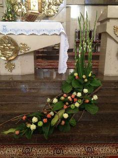 Church Altar Decorations, Church Christmas Decorations, Grave Decorations, Christmas Flowers, Alter Flowers, Church Flowers, Deco Floral, Arte Floral, Church Flower Arrangements