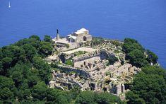 Villa Iovis (dal latino Villa di Giove), è situata sulla vetta del monte Tiberio, che si trova nella parte orientale dell'isola di Capri ( Napoli).Dalla sua villa, Tiberio Claudio Nerone governò l'Impero per oltre undici anni.