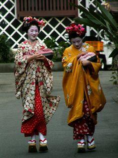 Hinazuru (retired) and Mahiro (became geiko; now retired) as minarai of Gion Kobu