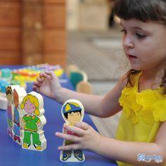 ANDREU Toys  Magnetic Kids - 8 personajes - Ref. 16320 4 figuras de doble cara para combinar los vestidos y las expresiones de los 8 personajes magnéticos. Medidas pieza individual: 5 x 2 x 12 cm.    Medidas: 26,5 x 4,5 x 21 cm