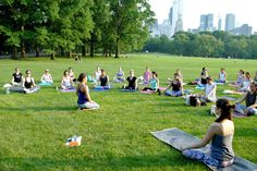Take outdoor yoga classes in Central Park. Enjoy the perfect setting to do yoga on the grass in New York City and be in harmony with nature. Free Swimming Lessons, Swim Lessons, Relaxation Meditation, Relaxing Yoga, Outdoor Yoga, Beautiful Yoga Poses, Shakespeare In The Park, Free Yoga Classes, Yoga Teacher Training