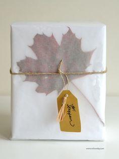 ワックスペーパーの透け感を利用してお花や落ち葉を入れるのも素敵ですね☆ワックスペーパーならではのラッピングです!