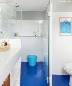 Mais detalhes do banheiro que foi repaginado com a aplicação de epóxi azul.