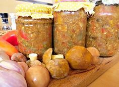 Houbová sterilovaná směs pod maso 1 kghub (nejlépe směs hřibovitých a holubinky) 500 g paprik 500 g rajčat 250 g zelených fazolek 250 g cibule 100 g kečupu 4 PL worches omáčky 2 ksfeferonky voda pepř olej sůl V hrnci rozehřejeme olej a dáme nakrájené suroviny, osolíme, opepříme, dáme nasekané feferonky a dusíme na mírném plameni, Fazolky nakrájíme a dáme vařit do osolené vody, okapané přidáme ke směsi, kečup, worchester,solíme, podusíme, do skleniček, na vrch olej a sterilujeme 30 min 90 ° Vinaigrette, Preserves, Pickles, Sweet Potato, Salsa, Vegan Recipes, Frozen, Potatoes, Homemade