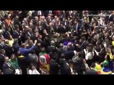 Jean Wyllys cospe em Jair Bolsonaro e sai correndo