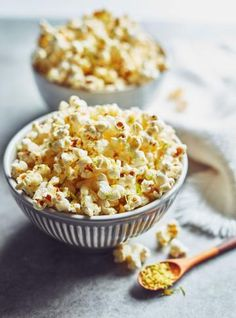 Looking for a vegan snack for your next movie night? Try this delicious popcorn seasoning starring nutritional yeast! Nutritional Yeast Popcorn, Nutritional Yeast Recipes, Foods That Contain Calcium, Popcorn Seasoning, Healthy Potatoes, Organic Recipes, Ethnic Recipes, Valeur Nutritive, Scallop Recipes