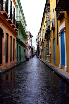 Habana streets - Habana Vieja, La Habana, it looks like Cartagena de Indias´streets. Oh The Places You'll Go, Places To Travel, Places To Visit, Wonderful Places, Beautiful Places, Havanna, Monuments, Cuba Travel, Island Nations