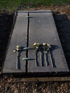 Grave Flowers, Cemetery Art, Grave Memorials, Monuments, Letters, Projects, Ideas, Design, Urn