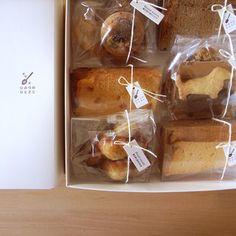 天然素材にこだわった無添加のお菓子は、種類ごとにパッケージ。丁寧に包まれたお菓子たちは贈り物としてもぴったりです。相手を大切に想う気持ちがきっと伝わるはずです。 Baking Packaging, Dessert Packaging, Beverage Packaging, Cookie Box, Cookie Gifts, Cookie Factory, Sandwich Box, Bakery Menu, Japanese Packaging