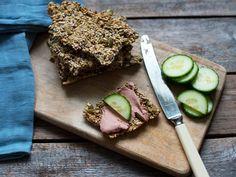 Å lage deilige, sprø knekkebrød er enkelt, men det er én viktig ting du ikke må glemme. Her er oppskrift og tips til hjemmelagde knekkebrød.