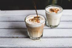 Dit recept voor een coconut latte is super simpel! Romige kokosmelk gemixt met een kokosslagroom maakt het ideale winterdrankje.