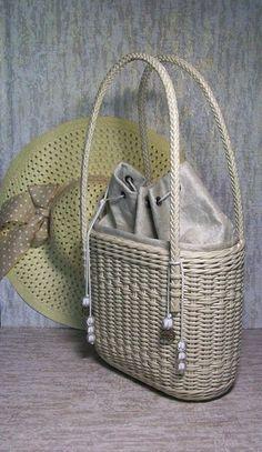 Newspaper Basket, Paper Weaving, Diy Handbag, Craft Bags, Unique Bags, Basket Bag, Crochet Handbags, Beaded Bags, Knitted Bags