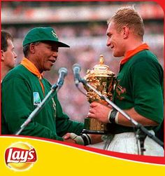 Sporting world mourns the passing of Mandela. Nelson Mandela celebrates South Africa's 1995 World Cup triumph with Springboks captain Francois Pienaar. Nelson Mandela, South African Rugby, South Afrika, Champions Trophy, Australian Football, Rugby Players, Rugby Teams, Rugby World Cup, Sports