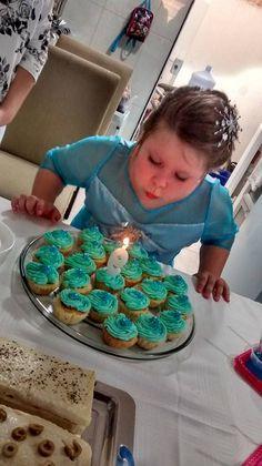 Cupcakes azuis para combinar com o tema e minha pequena Elsa!