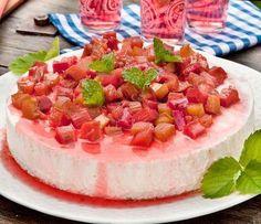 En fryst vaniljcheesecake toppad med söt och syrlig rabarber. Himmel, vad gott!