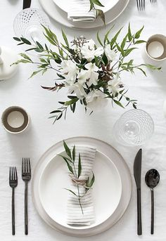 Tips to Set a Simple and Modern Tablescape Easy ideas for creating a modern minimal table setting.Easy ideas for creating a modern minimal table setting. Deco Floral, Wedding Table Settings, Setting Table, Table Wedding, Elegant Table Settings, Wedding Ceremony, Budget Wedding, Wedding House, Beautiful Table Settings