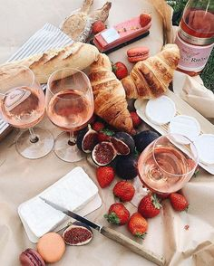 A #picnic spread perfect for the location: Jardin du Luxembourg, #Paris, #France. : @alinakolot