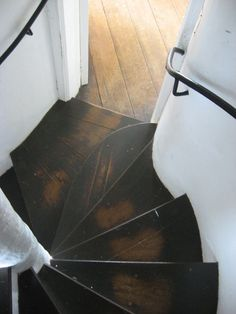 stairs in broadway tower. pinsandneedlesandnails: the stairs in broadway tower. van gieson)pinsandneedlesandnails: the stairs in broadway tower. Interior Exterior, Interior Architecture, Modern Interior, Escalier Design, Balustrades, Stair Steps, Wood Steps, Wooden Stairs, Rustic Stairs