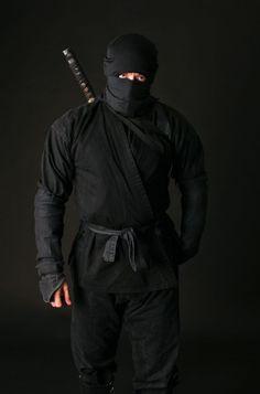 A ninja with traditional shinobi shozoku or better known as the ninja night suit Ninja Armor, Ninja Gear, Ninja Weapons, Ronin Samurai, Samurai Art, Samurai Warrior, Arte Ninja, Human Poses Reference, Japanese Warrior