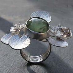Bague pièce unique en argent et préhnite de Aline Kokinopoulos pour l'Atelier des bijoux Créateurs.
