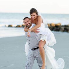 mariage sur la plage costume homme en gris et robe de mariée dos nu