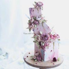 This is a buttercream cake 🌸💜 . Elegant Wedding Cakes, Beautiful Wedding Cakes, Wedding Cake Designs, Beautiful Cakes, Amazing Cakes, Buttercream Decorating, Buttercream Cake, Cake Decorating, Beautiful Cake Designs