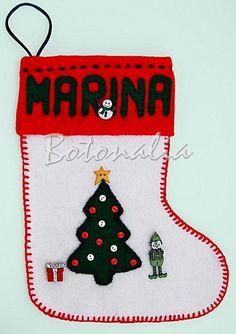 El calcetín navideño de Marina tiene el típico árbol de navidad de fieltro con botoncitos como adornos y una estrella arriba, y tiene un duende de papa novel que ha venido a traerle un regalito, todos botones decorativos.