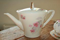 Mooie conisch gevormde vintage theepot met mooie door HomiArticles