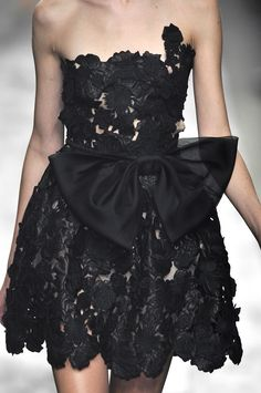 Little Black Dress : Valentino at Paris Fashion Week Spring 2010 Valentino at Paris Spring 2010 (Details) Sharing is caring, don't forget to share ! Fashion Week Paris, Moda Formal, Lil Black Dress, Style Noir, Costume, Beautiful Gowns, Timeless Fashion, Dress Collection, Pretty Dresses