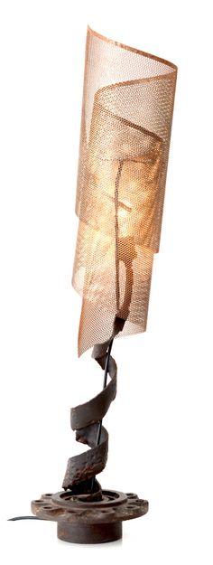 Luminária Espiral  Descrição: luminária em design moderno, fazendo um jogo de luz e sombra na parede, a depender do ângulo de observação.  Técnica: peças de caminhão, ferro do garimpo e tela proveniente da Suíça e pintura com verniz fosco.  Peso: 10 kg Dimensão: 22 x 94 cm