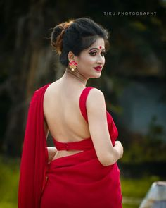red backless blouse design saree that looks hot Sari Blouse Designs, Bridal Blouse Designs, Saree Backless, Saree Photoshoot, Saree Dress, Red Saree, Saree Blouse, Sleeveless Blouse, Saree Models