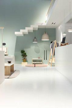 paredes pintadas, cuaro minimalista, lámparas colgantes. alfombra y mesa, suelo blanco