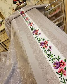 Really nice table runner example it is easy to make and seems perfect. Your dinnig table will be cool. Cross Stitch Bookmarks, Cross Stitch Rose, Cross Stitch Patterns, Bohemian Bedroom Decor, Boho Decor, Embroidery Kits, Ribbon Embroidery, Aya Couture, Brazilian Embroidery