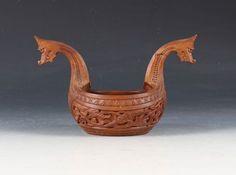 Rikt utskåret kjenge i dragestil, tidlig 1900 tallet. L: 22 cm. Et hode limt. Prisantydning: ( 2000 - 2500) Solgt for: 1500