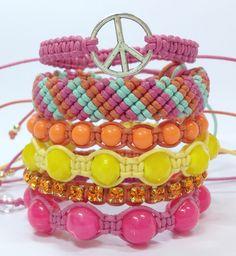 Kit de 6 pulseiras cores verão 2015, sendo:  - 1 pulseira de símbolo da paz em banho níquel envelhecido  - 1 pulseira de cordão trançado estilo hippie  - 1 pulseira de pérolas laranja  - 1 pulseira de cristais facetados amarelo  - 1 pulseira de corrente de strass sun  - 1 pulseira de pérolas pink...
