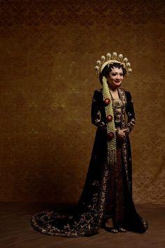 New modern bridal headpiece 31 Ideas Traditional Fashion, Traditional Wedding, Traditional Dresses, Javanese Wedding, Indonesian Wedding, Bridal Poses, Wedding Poses, Foto Wedding, Bridal Pictures