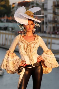 Spanish style – Mediterranean Home Decor Spanish Hat, Spanish Style, Spanish Dancer, Spanish Fashion, Caroline Reboux, Flamenco Dancers, Organza, Elegant Outfit, Tulle Dress