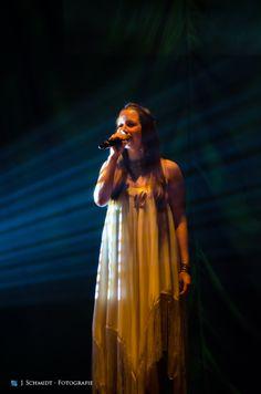 Sängerin Senta-Sofia Delliponti, beim performen ihrer Songs