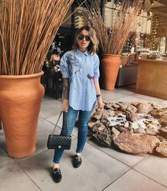 Look Camisa Azul + Mule Girl Fashion, Fashion Looks, Fashion Outfits, Womens Fashion, Mode Outfits, Casual Outfits, Look Office, Street Style, Work Looks